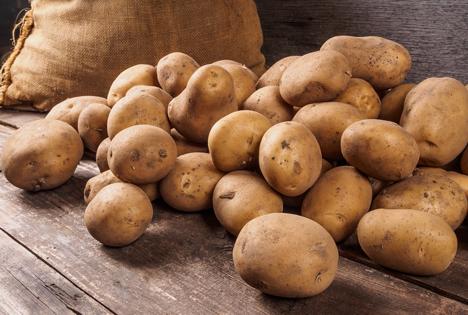Bildquelle: Shutterstock. Kartoffeln Holz Jutesack