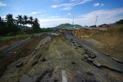 Quelle: Fotos593 / Shutterstock.com  Portoviejo, Ecuador - April, 18, 2016: Cracked road after 7.8 earthquake