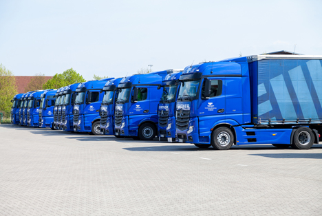 Quelle Joerg Huettenhoelscher / Shutterstock.com  Daimler Merceds Benz LKW logistic depot in altentreptow