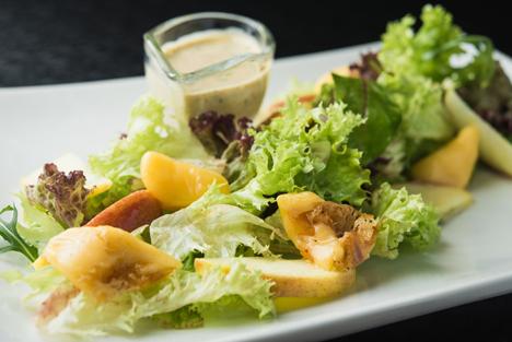 Bildquelle: Shutterstock. Salat mit obst Vegetarisch