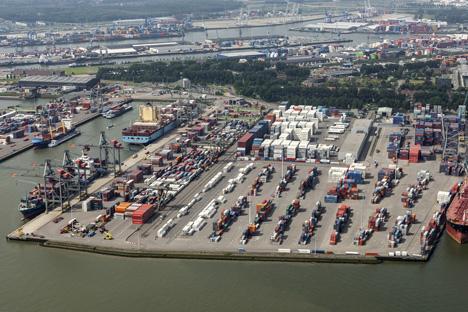 Quelle: Aerovista Luchtfotografie / Shutterstock.com  Port of Rotterdam Containers Waalhaven