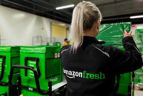 Amazon Mitarbeiterin AmazonFresh_Depot_verpackt Lieferung Foto © AmazonFresh