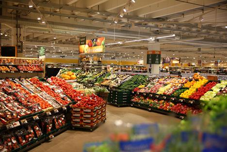 Von regional bis exotisch: In den Obst- und Gemüseabteilungen bei Globus finden die Kunden täglich eine große und frische Auswahl aus rund 500 unterschiedlichen Sorten. (Copyright Globus SB-Warenhaus)