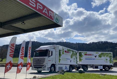 Die SPAR Handels AG nimmt ab Mitte April 2021 ihren ersten 36-Tonnen-Anhängerzug mit Wasserstoff-Elektroantrieb in Betrieb. Foto © SPAR Schweiz