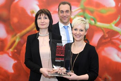 """Ausgezeichnet mit dem """"Fruchthandel Magazin Retail Award"""" als beste Obst- und Gemüseabteilung: Das Globus-Team rund um Tim Strübing, Leiter Einkauf Obst & Gemüse (Mitte). (Copyright Fruit Logistica)"""