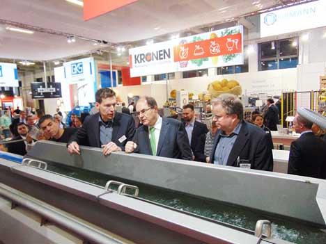 Bundeslandwirtschaftsminister Christian Schmidt  (Mitte) läßt sich die KRONEN GEWA XL