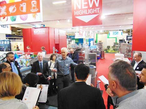 Johannes Günther, KRONEN-Verkaufsdirektor (Mitte) stellt das Maschinenhighlight SPIRELLO 150 vor