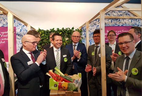 Hubert Mackus, Abgeordneter der Provinz Limburg, erhaltet die erste Verpackung mit neuer Regio-Marke.