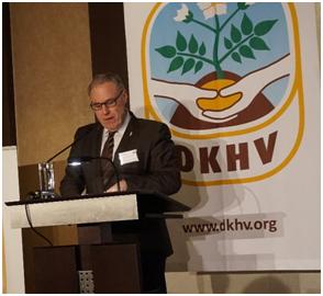 Der Präsident des World Potato Congress, Romain Cools, grüßt die Gäste des 14. Internationalen Berliner Kartoffelabends. (Quelle: DKHV)