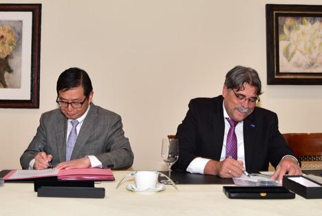 Kazunori Tani, President und CEO von MCAG, und Markus Heldt, President BASF Crop Protection, unterzeichnen die Vereinbarung zur Vermarktung des neuen Insektizids Broflanilide. Foto © BASF SE