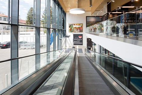 Uber den Rollsteig erreichen die Kunden direkt den Verkaufsraum im ersten Obergeschoss. Foto © Lidl Österreich