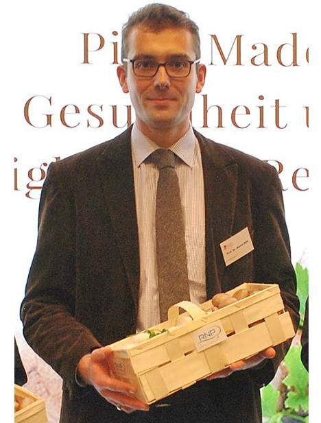Prof. Dr. Martin Rühl mit einem Körbchen unbehandelter Pilze in Darmstadt. Foto BDC