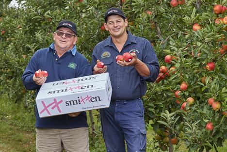 Brad und Glynn Fankhauser von Fankhauser Apples mit den neuen Smitten®-Äpfeln. Foto © APAL