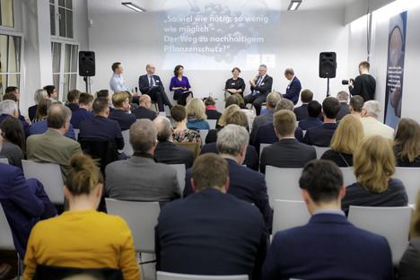 Eine Expertenrunde aus Politik und Wirtschaft diskutiert über den Pflanzenschutz der Zukunft. Foto © Obs/ Kaufland