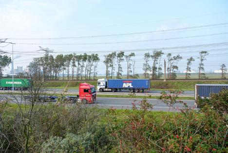 Studie Hafen Rotterdam: Containertransport per E-Lkw durch den Hafen kommt in Sichtweite
