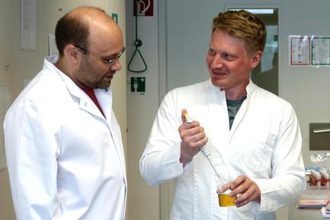 Andreas Dunkel (Leibniz-Institut LSB, l) und Christoph Hofstetter (TUM, r) im Labor. Foto © Gisela Olias / Leibniz-Institut LSB / TUM