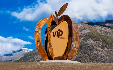 Die Apfelskulptur als bleibende Erinnerungen an das Jubiläum. Foto © VIP