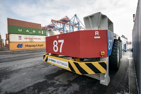 Mittels eines vollautomatischen Ladearms werden die AGV an den Stromtankstellen mit Ökostrom versorgt. Foto © HHLA / Nele Martensen