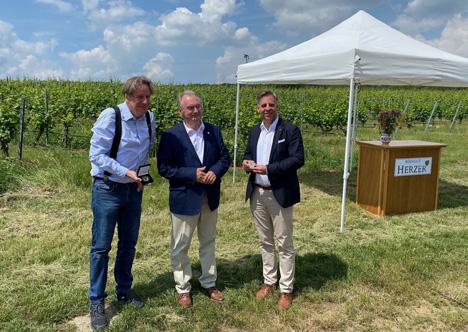 Ministerpräsident Dr. Reiner Haseloff übergibt die Anerkennungsmedaillen an Jörg Kachelmann und Thomas Gehrke. Foto © Vereinigte Hagel
