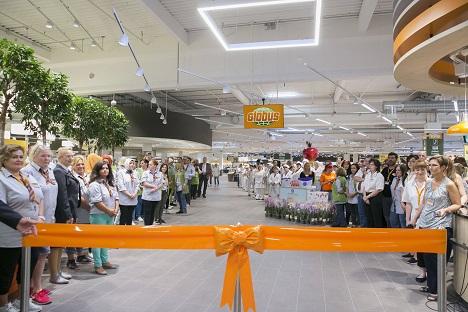 Bild 2: Die Globus-Mitarbeiter nehmen ihre ersten Kunden in Empfang. Quelle: Globus SB-Warenhaus