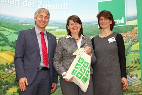 Von links: Bioland-Präsident Jan Plagge, Parlamentarische Staatsekretärin Dr. Flachsbarth, Bioland-Vizepräsidentin Stephanie Strotdrees. Foto Bioland e.V.