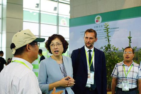 Zhang Hui, Bürgermeisterin der 2,8-Millionen-Stadt Weihai - Thomas Mur, Direktor der Messe Bozen. Quelle: Interpoma China