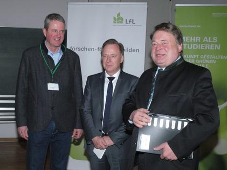 Von links: Dr. Klaus Wiesinger (LfL), Prof. Dr. Kurt-Jürgen Hülsbergen (TUM) und Staatsminister Helmut Brunner, der die Tagung in Weihenstephan eröffnete. Foto LfL