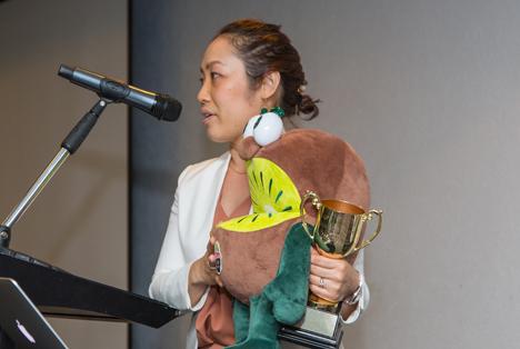 "Kanako Inomata nimmt Donnerstagnacht die erste ""New Zealand Kiwifruit Industry Innovation Trophy"" in Empfang. Foto © Zespri"