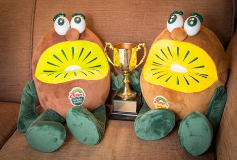 Die Maskottchen von Zespri Japan, die Kiwi Brothers, mit ihrer neuen Auszeichnung. Foto © Zespri