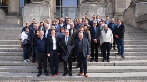 Teilnehmer der DKHV-Mitgliederversammlung vor dem Deutschen Bundestag. Foto: DKHV