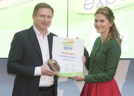 Foto 23 – Innovationspreisvergabe: Anne Obrecht, erste Erdbeerkönigin von Baden-Württemberg, übergibt expoDirekt-Innovationspreis an Adam Sikorski vom polnischen Unternehmen Sofrupak