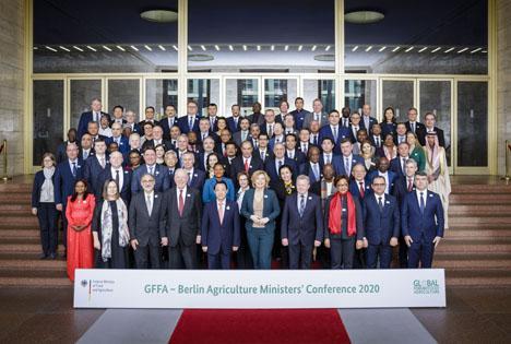 Gruppenfoto der Teilnehmerinnen und Teilnehmer der Agrarministerkonferenz 2020. Foto © BMEL/photothek.net