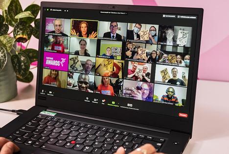 Das digitale Gruppenfoto mit allen Gewinner*innen und Moderatorin Anke Engelke. Foto © TransFair