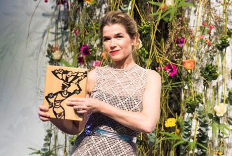 Anke Engelke mit dem Fairtrade Award in Berlin. | Bild: Phuong Tran Minh