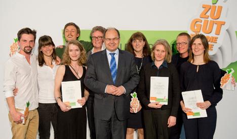 Bundesminister Schmidt (Bildmitte) mit den Gewinnern des ersten Bundespreises für Engagement gegen Lebensmittelverschwendung, Quelle: BMEL/phototek.net/Michael Gottschalk