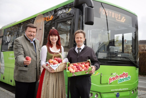 (v.l.n.r.): Franz Schaden (Marketingleitung OPST Obst Partner Steiermark GmbH), Apfelkönigin Magdalena I. und ÖBB-Busfahrer in Gleisdorf. © OPST Obst Partner Steiermark GmbH