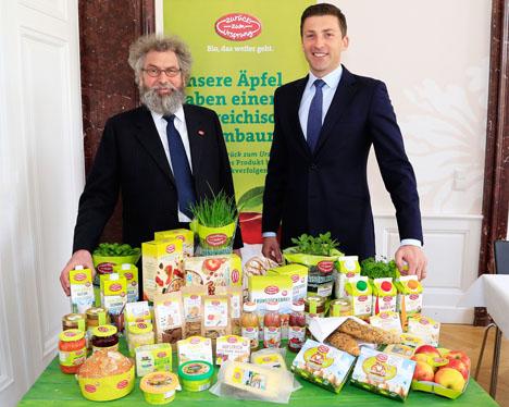 Werner Lampert (links) und Hofer Generaldirektor Günther Helm. Foto APA/Juhasz