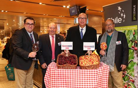 Der Botschafter von Chile in Spanien, Jorge Tagle, eröffnete am Montagmittag letzter Woche offiziell eine neue Werbekampagne, wobei Kirsch- und Pfirsichbäume aus Chile die Protagonisten waren. Foto © SimFRUIT