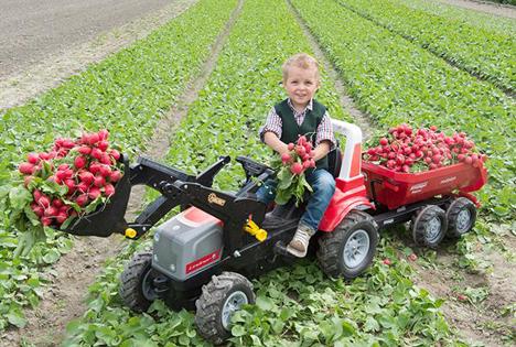 """Auch der kleine Anton vom """"Biachlhof"""" in Thaur freut sich über die Radieschen-Ernte. Foto © SPAR"""