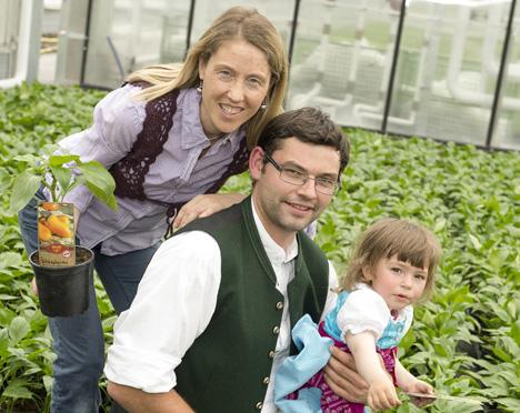 Die Familie Strillinger aus Söll versorgt SPAR mit Tiroler Bio-Naschfrüchten. Im Bild: Michael und Marika. Foto © SPAR