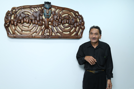 Carver James Tapiata and Te Hau Marama, the new carving for Zespri's Middle East office Foto © Zespri