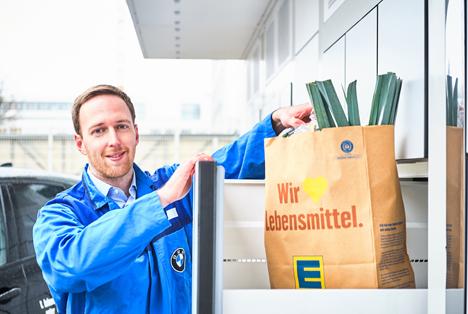 BMW Mitarbeiter vor der Edeka Box. Foto © BMW Group/ Edeka