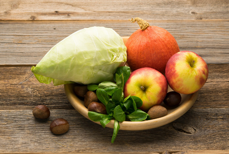 Spitzkohl, Esskastanien und Kürbis zum Erntedank oder Thanksgiving
