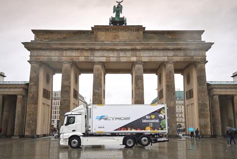 """Vollelektrische Versorgung von Supermärkten in Berlin. Quelle: """"obs/EDEKA ZENTRALE AG & Co. KG/Daimler / EDEKA"""""""