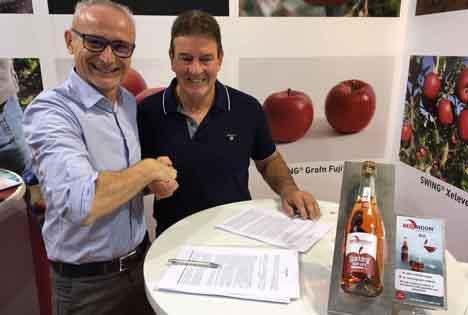 Jürgen Braun und Billy Barolli unterzeichnet den Lizenzvertrag auf der Interpoma. Foto © RedMoon®