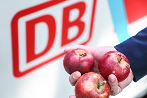 Äpfel vor dem DB-Logo, Foto © BVEO