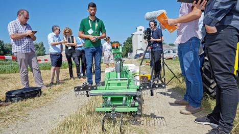 Insgesamt sechs Prototypen von Agrarrobotern hat das AIL im Sommer gemeinsam mit Landwirten in Feldversuchen getestet. © Georges Schneider,