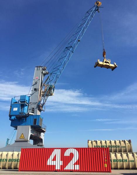 Hafenbetrieb Rotterdam Container 42. Foto © Grant Pinkney (kramer)