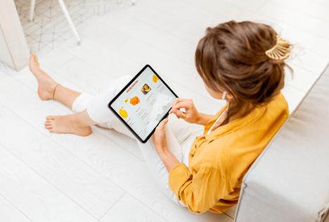 Kaufland Kundin mit Tablet beim Reservieren. Foto © Kaufland