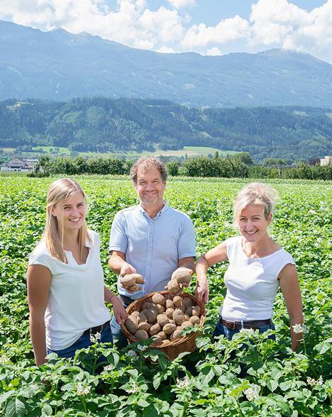 Bei Familie Wopfner aus Thaur beginnt die jährliche Kartoffel-Ernte ab Mitte Juni. Foto © SPAR